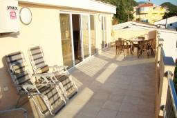 Терраса. Черногория, Петровац : Люкс апартамент для 5 человек с двумя отдельными спальнями, с балконом и видом на море
