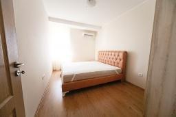 Спальня. Черногория, Добра Вода : Апартамент с гостиной, отдельной спальней и балконом с видом на море