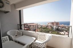Балкон. Черногория, Добра Вода : Апартамент с гостиной, отдельной спальней и балконом с видом на море