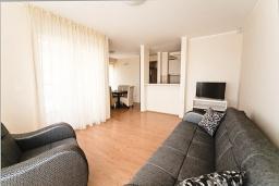 Гостиная. Черногория, Добра Вода : Апартамент с гостиной, двумя отдельными спальнями и балконом с видом на море, для 4-6 человек