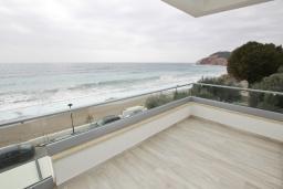 Балкон. Черногория, Сутоморе : Современный апартамент возле пляжа, с большим балконом и шикарным видом на море, с гостиной и двумя отдельными спальнями
