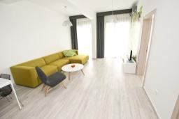 Гостиная. Черногория, Сутоморе : Современный апартамент возле пляжа, с большим балконом и шикарным видом на море, с гостиной и двумя отдельными спальнями