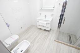 Ванная комната. Черногория, Сутоморе : Современный апартамент возле пляжа, с большим балконом и шикарным видом на море, с гостиной и двумя отдельными спальнями