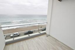 Вид на море. Черногория, Сутоморе : Современный апартамент возле пляжа, с балконом и шикарным видом на море, с гостиной и отдельной спальней