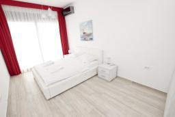 Спальня. Черногория, Сутоморе : Современный апартамент возле пляжа, с балконом и шикарным видом на море, с гостиной и отдельной спальней