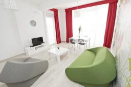 Гостиная. Черногория, Сутоморе : Современный апартамент возле пляжа, с балконом и шикарным видом на море, с гостиной и отдельной спальней