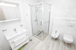Ванная комната. Черногория, Сутоморе : Современный апартамент возле пляжа, с балконом и шикарным видом на море, с гостиной и отдельной спальней
