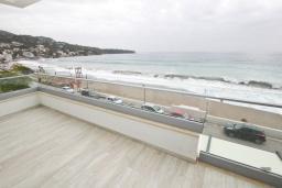 Балкон. Черногория, Сутоморе : Современный апартамент возле пляжа, с большим балконом и шикарным видом на море, с гостиной и двумя отдельными спальнями.