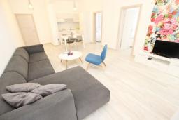 Гостиная. Черногория, Сутоморе : Современный апартамент возле пляжа, с большим балконом и шикарным видом на море, с гостиной и двумя отдельными спальнями.