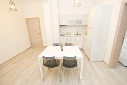Кухня. Черногория, Сутоморе : Современный апартамент возле пляжа, с большим балконом и шикарным видом на море, с гостиной и двумя отдельными спальнями.