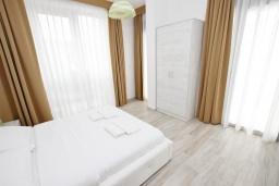 Спальня 2. Черногория, Сутоморе : Современный апартамент возле пляжа, с большим балконом и шикарным видом на море, с гостиной и двумя отдельными спальнями.