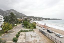 Вид на море. Черногория, Сутоморе : Современный апартамент возле пляжа, с большим балконом и шикарным видом на море, с гостиной и двумя отдельными спальнями.