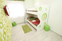 Спальня 2. Черногория, Добра Вода : Современный апартамент возле пляжа, с балконом и шикарным видом на море, с просторной гостиной, двумя отдельными спальнями и двумя ванными комнатами