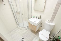 Ванная комната 2. Черногория, Добра Вода : Современный апартамент возле пляжа, с балконом и шикарным видом на море, с просторной гостиной, двумя отдельными спальнями и двумя ванными комнатами