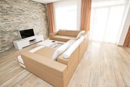 Черногория, Добра Вода : Огромный cовременный пентхаус возле пляжа, с большим балконом и шикарным видом на море, с просторной гостиной, четырьмя отдельными спальнями и четырьмя ванными комнатами