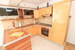 Кухня. Черногория, Булярица : Просторный апартамент с большой гостиной, двумя спальнями и террасой, для 4-5 человек