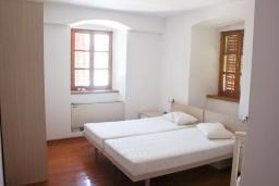 Спальня. Черногория, Столив : Трехэтажный каменный дом в 20 метрах от пляжа, с большой гостиной-столовой, с двумя кухнями, с шестью отдельными спальнями и ванными комнатами, с сауной, с большой зеленой территорией