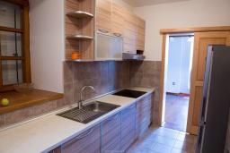 Кухня. Черногория, Столив : Трехэтажный каменный дом в 20 метрах от пляжа, с большой гостиной-столовой, с двумя кухнями, с шестью отдельными спальнями и ванными комнатами, с сауной, с большой зеленой территорией