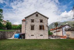 Фасад дома. Черногория, Столив : Трехэтажный каменный дом в 20 метрах от пляжа, с большой гостиной-столовой, с двумя кухнями, с шестью отдельными спальнями и ванными комнатами, с сауной, с большой зеленой территорией