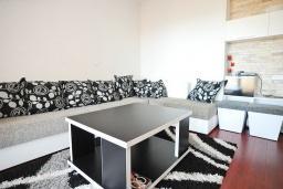 Гостиная. Черногория, Добра Вода : Апартамент с балконом и видом на море, с большой гостиной и двумя отдельными спальнями