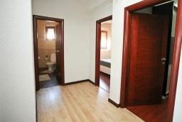 Коридор. Черногория, Добра Вода : Апартамент с балконом и видом на море, с большой гостиной и двумя отдельными спальнями