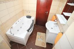 Ванная комната. Черногория, Добра Вода : Апартамент с балконом и видом на море, с большой гостиной и двумя отдельными спальнями