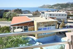 Вид на море. Черногория, Добра Вода : Апартамент с балконом и видом на море, с большой гостиной и двумя отдельными спальнями