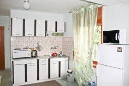 Кухня. Черногория, Добра Вода : Двухэтажный дом в тихом районе, с местом для парковки и двориком.
