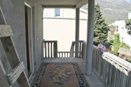Балкон. Черногория, Добра Вода : Двухэтажный дом в тихом районе, с местом для парковки и двориком.