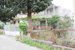 Фасад дома. Черногория, Добра Вода : Двухэтажный дом в тихом районе, с местом для парковки и двориком.