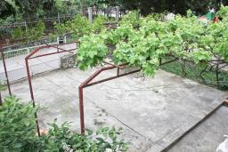 Территория. Черногория, Добра Вода : Двухэтажный дом в тихом районе, с местом для парковки и двориком.