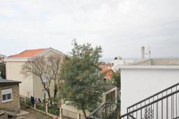 Вид. Черногория, Добра Вода : Двухэтажный дом в тихом районе, с местом для парковки и двориком.