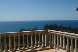 Вид на море. Черногория, Добра Вода : Этаж дома в тихом районе, с большой гостиной, спальней и террасой с шикарным видом на море