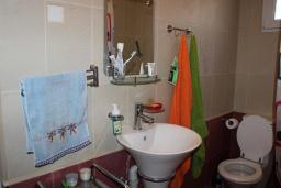 Ванная комната. Черногория, Добра Вода : Этаж дома в тихом районе, с большой гостиной, спальней и террасой с шикарным видом на море