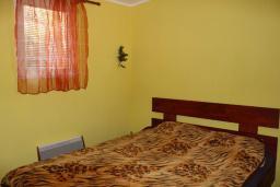 Спальня. Черногория, Добра Вода : Этаж дома в тихом районе, с большой гостиной, спальней и террасой с шикарным видом на море