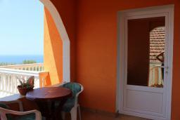 Балкон. Черногория, Добра Вода : Этаж дома в тихом районе, с большой гостиной, спальней и террасой с шикарным видом на море