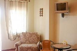 Спальня. Черногория, Шушань : Двухместные апартаменты-студио с небольшой террасой