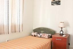 Спальня. Черногория, Шушань : Трехместные апартаменты со спальной комнатой и кухней-столовой на террасе