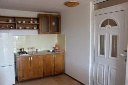 Кухня. Черногория, Шушань : Шестиместные апартаменты с балконом на море, двумя спальными комнатами, кухней –гостиной