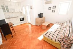 Гостиная. Черногория, Петровац : Апартаменты с гостиной и отдельной спальней, с балконом и видом на море