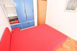Спальня. Черногория, Рафаиловичи : Апартамент в 70 метрах от моря, с большой гостиной, отдельной спальней и балконом