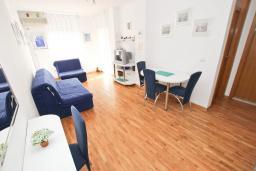 Гостиная. Черногория, Рафаиловичи : Апартамент в 70 метрах от моря, с большой гостиной, отдельной спальней и балконом