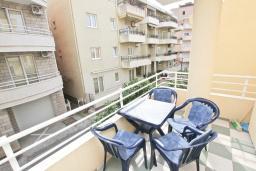 Балкон. Черногория, Рафаиловичи : Апартамент в 70 метрах от моря, с большой гостиной, отдельной спальней и балконом