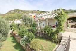 Территория. Черногория, Пржно / Милочер : Вилла с бассейном и шикарным видом на море, с большой гостиной, двумя отдельными и третьей спальней, гостиной в отдельном доме в 15-ти метрах, с террасой, местом для барбекю и парковки.