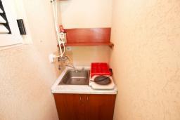 Кухня. Черногория, Рафаиловичи : Студия с кондиционером и плазменным телевизором