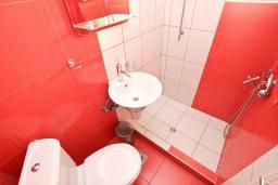 Ванная комната. Черногория, Рафаиловичи : Студия с кондиционером и плазменным телевизором