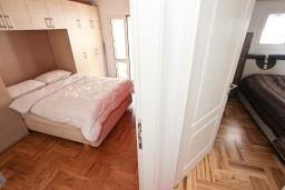 Спальня. Черногория, Рафаиловичи : Апартамент с двумя отдельными спальнями и ванными комнатами, для 4 человек