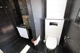 Ванная комната 2. Черногория, Рафаиловичи : Апартамент с двумя отдельными спальнями и ванными комнатами, для 4 человек
