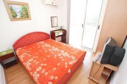 Черногория, Рафаиловичи : Двухместная комната с балконом, общая кухня