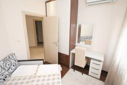 Спальня. Черногория, Бечичи : Апартамент с просторной гостиной, тремя спальнями, двумя балконами и видом на море